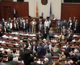Στον «αέρα» η Συμφωνία των Πρεσπών – Αποχώρησαν οι βουλευτές του VMRO από τη Βουλή