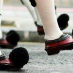 Στην Ελλάδα δεν φοράμε κίτρινα γιλέκα αλλά σε κρίσιμες περιόδους βάζουμε τα κόκκινα τσαρούχια με τις μαύρες φούντες….