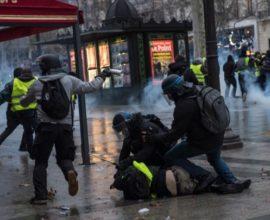 «Κίτρινα γιλέκα»: Η Γαλλία αναμένει μήνυμα και παρέμβαση Μακρόν