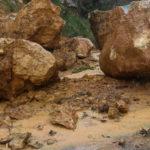 Δήμος Σαντορίνης: Κατολίσθηση βράχων κοντά στο λιμάνι του Αθηνιού – Έκλεισε για ώρες ο δρόμος