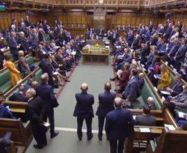 Ραγδαίες εξελίξεις στη Βρετανία: «Χαστούκι» για Μέι-Στη Βουλή ο έλεγχος της διαδικασίας για το Brexit