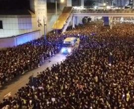 Χονγκ Κονγκ: Η στιγμή που 2 εκατ. διαδηλωτές άνοιξαν δρόμο σε ασθενοφόρο σε δευτερόλεπτα για να περάσει ασθενοφόρο!