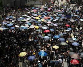 Ειρηνικό πλήθος διαδηλώνει στο Χονγκ Κονγκ -VIDEO