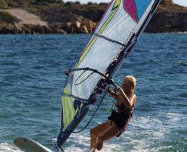 Η 81χρονη Κεφαλονίτισσα windsurfer έφτασε Κυλλήνη και μπήκε στο βιβλίο Γκίνες
