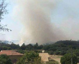 Ενισχύονται οι πυροσβεστικές δυνάμεις στα Κρητικά Κέρκυρας- ενημερώθηκαν οι κάτοικοι για πιθανή εκκένωση ΒΙΝΤΕΟ