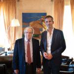 Τρόπους αξιοποίησης του «Τοσίτσειου Σχολείου» που εκκενώθηκε σήμερα συζήτησαν ο Κ. Μπακογιάννης και ο καθηγητής Γ.  Μπαμπινιώτης
