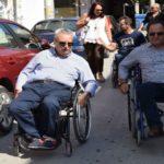 Βγήκε στους δρόμους με αναπηρικό καροτσάκι ο δήμαρχος Καρδίτσας για την κινητικότητα των ΑμεΑ