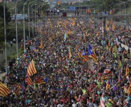 Ξεσηκωμός στην Καταλονία, εκατοντάδες χιλιάδες διαδηλωτές στη Βαρκελώνη κατά της καταδίκης των αυτονομιστών ηγετών