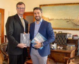 Εθιμοτυπική επίσκεψη του πρέσβη του Καναδά, Μαρκ Άλεν, στον Δήμαρχο Χανίων, Π. Σημανδηράκη