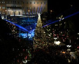 Μπακογιάννης «Βρέξει χιονίσει η Αθήνα θα φωτίσει» – Φωταγωγήθηκε το εντυπωσιακό δέντρο στο Σύνταγμα