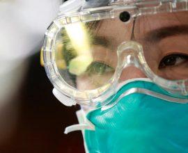 Κοροναϊός: Οι τρόποι μετάδοσης, τα συμπτώματα και οι κίνδυνοι