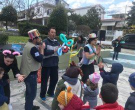 Δήμος Διονύσου: Διασκέδασαν με την ψυχή τους τα παιδιά στην αποκριάτικη θεατρική παράσταση στην πλατεία της Ροδόπολης