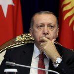Στα χαμηλότερα δημοσκοπικά ποσοστά των τελευταίων 17 ετών, το κόμμα του Ερντογάν