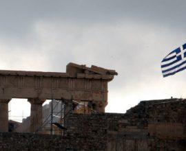Μεσίστια η Ελληνική σημαία στον ιερό βράχο της Ακρόπολης, φόρος τιμής στον Μανώλη Γλέζο