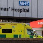 Η Βρετανία θρηνεί: Ακόμη 887 νεκροί σε μια μέρα – 7.984 συνολικά