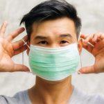 Κορονοϊός: Πως βάζουμε και βγάζουμε σωστά τη μάσκα – Αναλυτικές οδηγίες