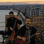 ΠΚΜ: Ο Κώστας Μακεδόνας ανεβαίνει στον πυργίσκο  του Λευκού Πύργου και τραγουδά για τη Θεσσαλονίκη!