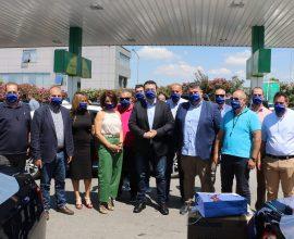 Είδη ατομικής προστασίας και υγιεινής στους οδηγούς ταξί της Θεσσαλονίκης παρέδωσε ο Α. Τζιτζικώστας