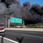 Ενισχύονται οι πυροσβεστικές δυνάμεις στο εργοστάσιο πλαστικών – Καπνοί έχουν «πνίξει» τον αττικό ουρανό