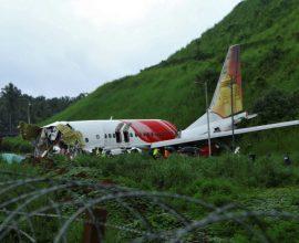 Ινδία: Στους 18 οι νεκροί από συντριβή αεροσκάφους – Ακούμπησε στο έδαφος και κόπηκε στα δύο