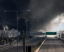 Φωτιά στη Μεταμόρφωση: Μήνυμα από το 112 – «Κλείστε παράθυρα και πόρτες – Επικίνδυνοι καπνοί»