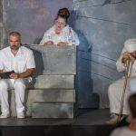 Άφθονο γέλιο χάρισαν οι πρωταγωνιστές της θεατρικής παράστασης ΑΡΚΑΣ «Η Ζωή Μετά» στον κήπο της Βορέειου Βιβλιοθήκης Δήμου Αμαρουσίου