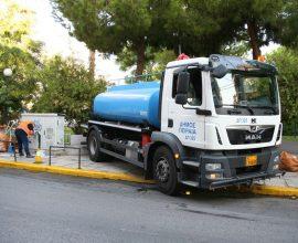 Επιχείρηση καθαρισμού του Δήμου Πειραιά στην πλατεία Ανδρεά Παπανδρέου στα Καμίνια