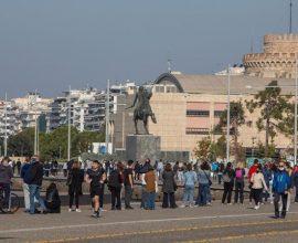 Τεράστιες ουρές στην παραλία Θεσσαλονίκης για τα δωρεάν rapid test