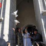 Μήνυμα ελπίδας και νίκης από την Αρμενία: Παντρεύτηκαν στο βομβαρδισμένο ναό στο Σούσι