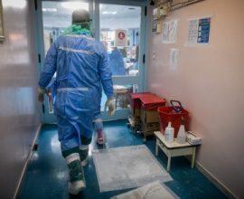 715 νέα κρούσματα, 7 νεκροί, 95 διασωληνωμένοι στη χώρα