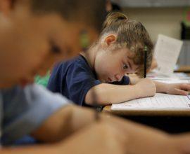 Το γράψιμο με το χέρι, και όχι με το πληκτρολόγιο, κάνει τα παιδιά εξυπνότερα