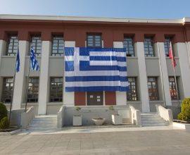 Υπερμεγέθης η γαλανόλευκη που υψώθηκε στο Δημαρχείο Καλαμαριάς