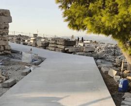 Τσιμέντωσαν την Ακρόπλη: Αντιαισθητική και πρόχειρη παρέμβαση στο κορυφαίο μνημείο της Ανθρωπότητας