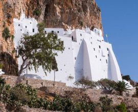 Κάποιοι ονειρεύονται «Γαλάζιες Πατρίδες» – Στην Αμοργό κυριαρχούν οι εκατοντάδες εκκλησιές, μνημεία ιστορίας, πολιτισμού και ορθοδοξίας