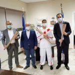Ο Δήμαρχος Μαραθώνος παραδίδει τις επίσημες στολές στους Λαμπαδηδρόμους
