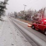 Καθαρίζουν τα μηχανήματα του δήμου τον χιονισμένο Ωρωπό