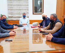 Επικοινωνία Αρναουτάκη με τον Υπουργό Ναυτιλίας στη διάρκεια συνάντησης με Δημάρχους για τη μεταφορά προϊόντων