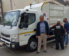 Νέο όχημα καθαρισμού οδικού δικτύου και κάδων απορριμμάτων στον Δήμο Μάνδρας-Ειδυλλίας
