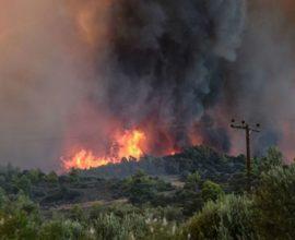 Μεγάλη πυρκαγιά στον Ερύμανθο Αχαΐας – Εκκενώνεται η Δροσιά