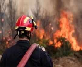 Συνεχίζεται η μάχη με τις φλόγες στη Βόνιτσα