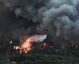 Φωτιά στη Βαρυμπόμπη – Μήνυμα από το 112: «Εκκενώστε την Ιπποκράτειο Πολιτεία-Δροσοπηγή»