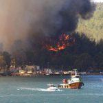 Φθηνό σόου ψευτοσουλτάνου στους πυρόπληκτους με τσάι – Άναψε… φωτιές στη πυρκαγιά της Μαρμαρίδας