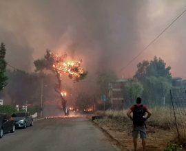 Ανεξέλεγκτη η πυρκαγιά – Εκκενώνεται το Κρυονέρι