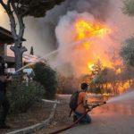 Μια ανάσα από τα πρώτα σπίτια της Δροσοπηγής η φωτιά