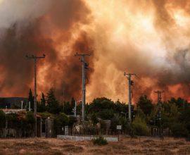 Αττική: Καίγονται Δροσοπηγή και Κρυονέρι – Οι φλόγες πέρασαν την Εθνική Οδό