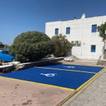 Ο Δήμος Μυκόνου βελτιώνει την προσβασιμότητα του νησιού με την υλοποίηση θέσεων στάθμευσης ΑΜΕΑ