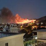 Μεγάλη πυρκαγιά στη Νέα Μάκρη – Κοντά σε σπίτια οι φλόγες και στη Μονή του Αγίου Εφραίμ