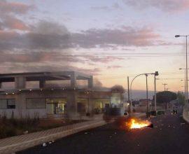 ΤΩΡΑ: Ρομά άναψαν φωτιές και έκλεισαν την Πατρών-Πύργου